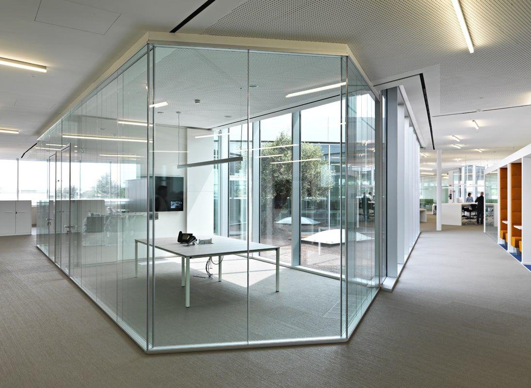 Офис со стеклянными перегородками