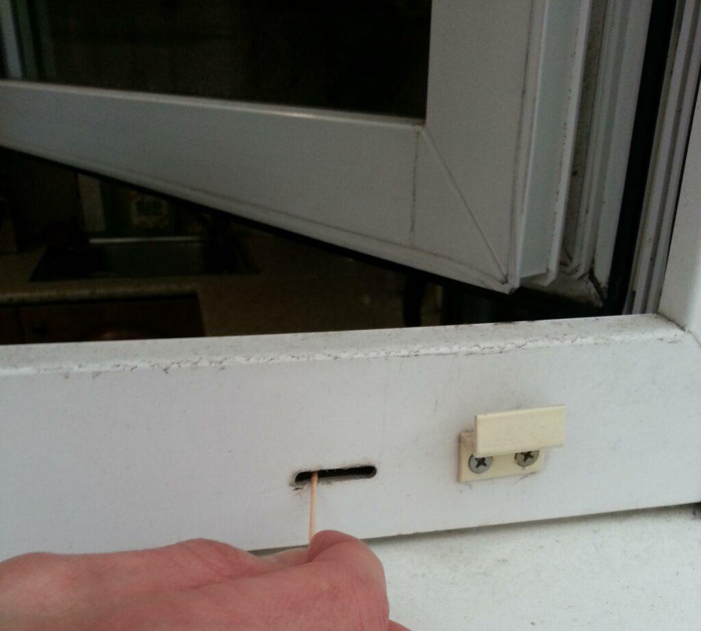 Чистка дренажных отверстий окна