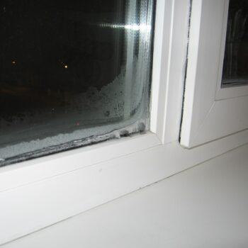 Из пластикового окна дует снизу