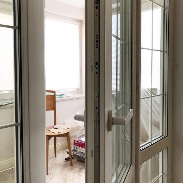 Регулировка балконной двери со стороны петель