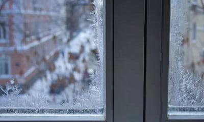 Морозные узоры на пластиковом окне